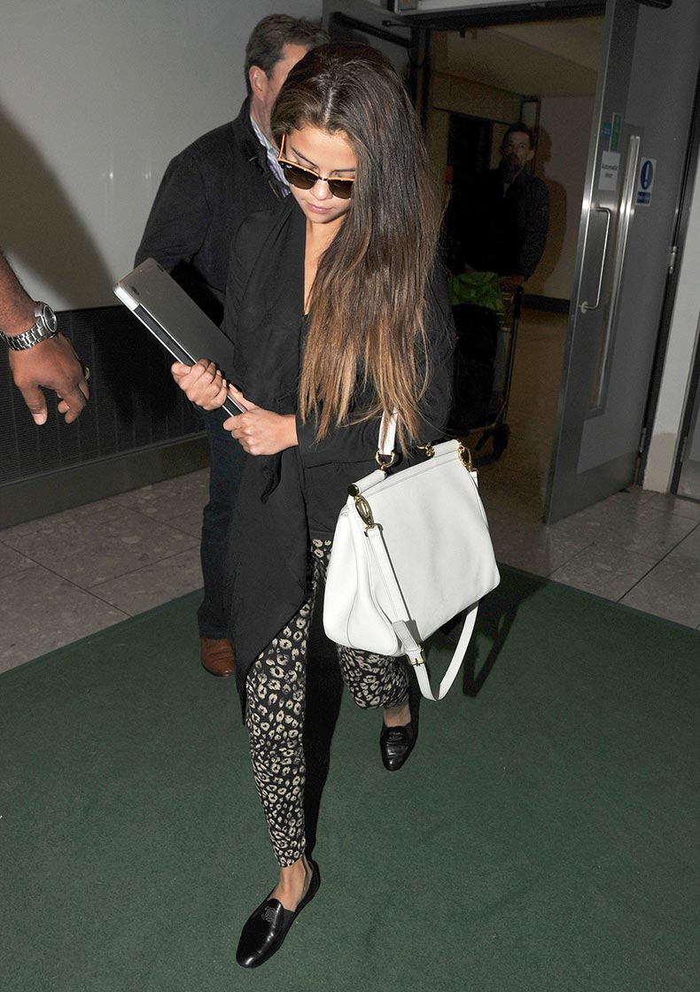 Printed-leggings-like-ones-Selena-Gomez-wore-during-her-arrival