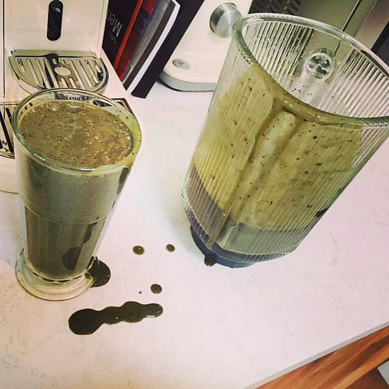 Ellie-Goulding-sipped-some-homemade-green-smoothies