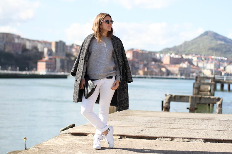 clochet-adidas-stan-smith-white-jeans-hm-trend-grey-sweatshirt-outfit-street-style-3