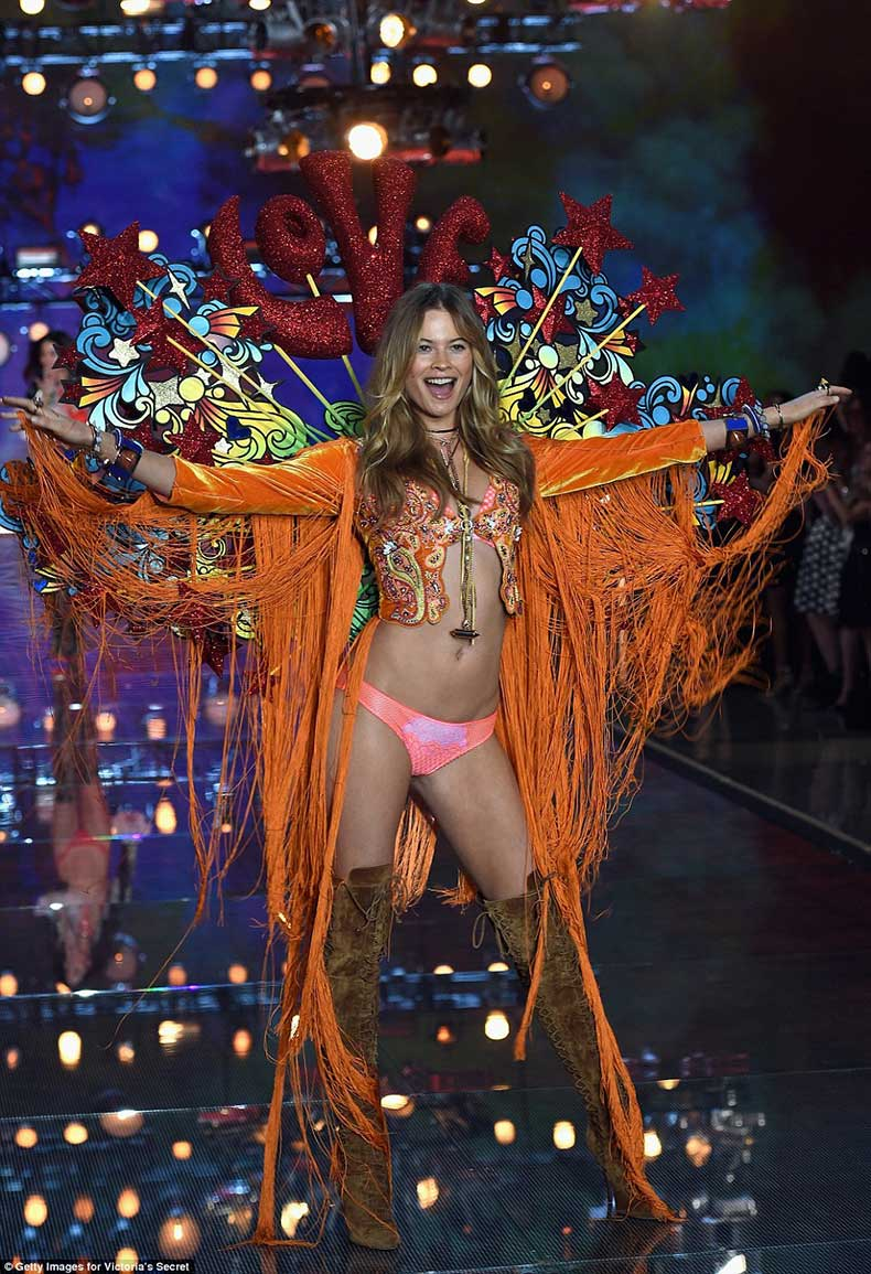 2E52ED8A00000578-3312676-Love_love_love_Behati_Prinsloo_rocked_a_Summer_Of_Love_vibe_in_h-a-30_1447246961362