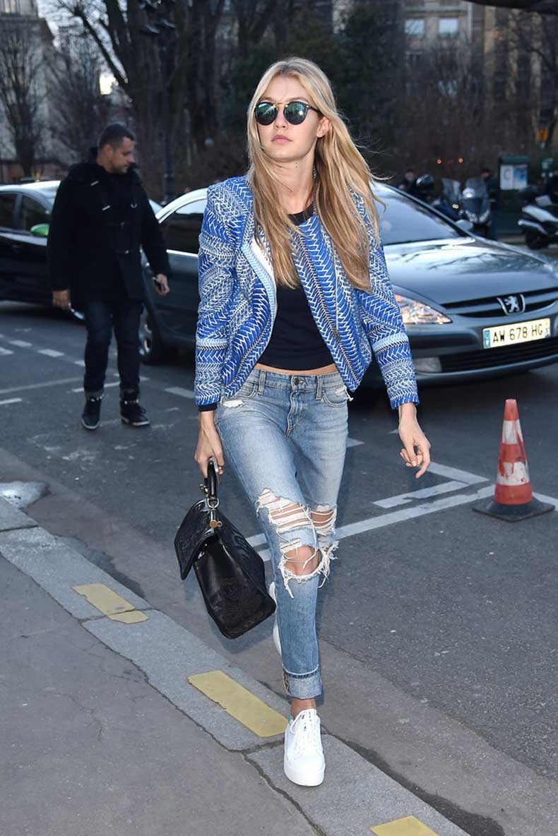 casual-cool-girl-look-Gigi-Hadid-paired-her-ripped-light-wash