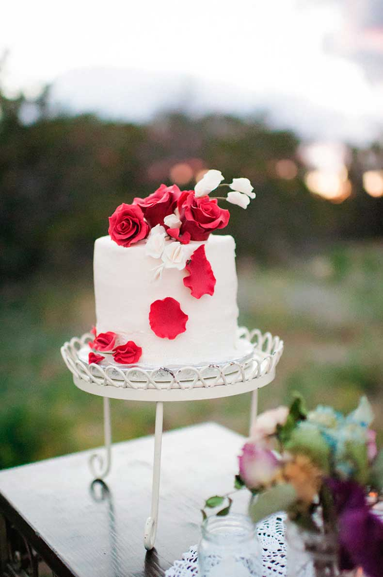 How-sweet-one-tiered-cake-topped-roses