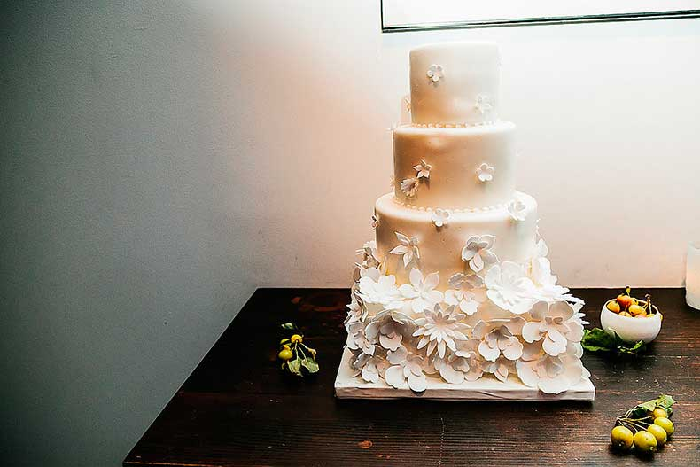 gorgeous-cake-proves-fondant-flowers-just-classic