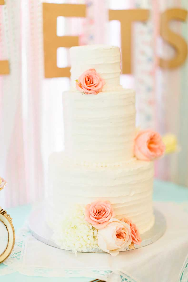 romantic-vintage-cake-features-minimalist-detail