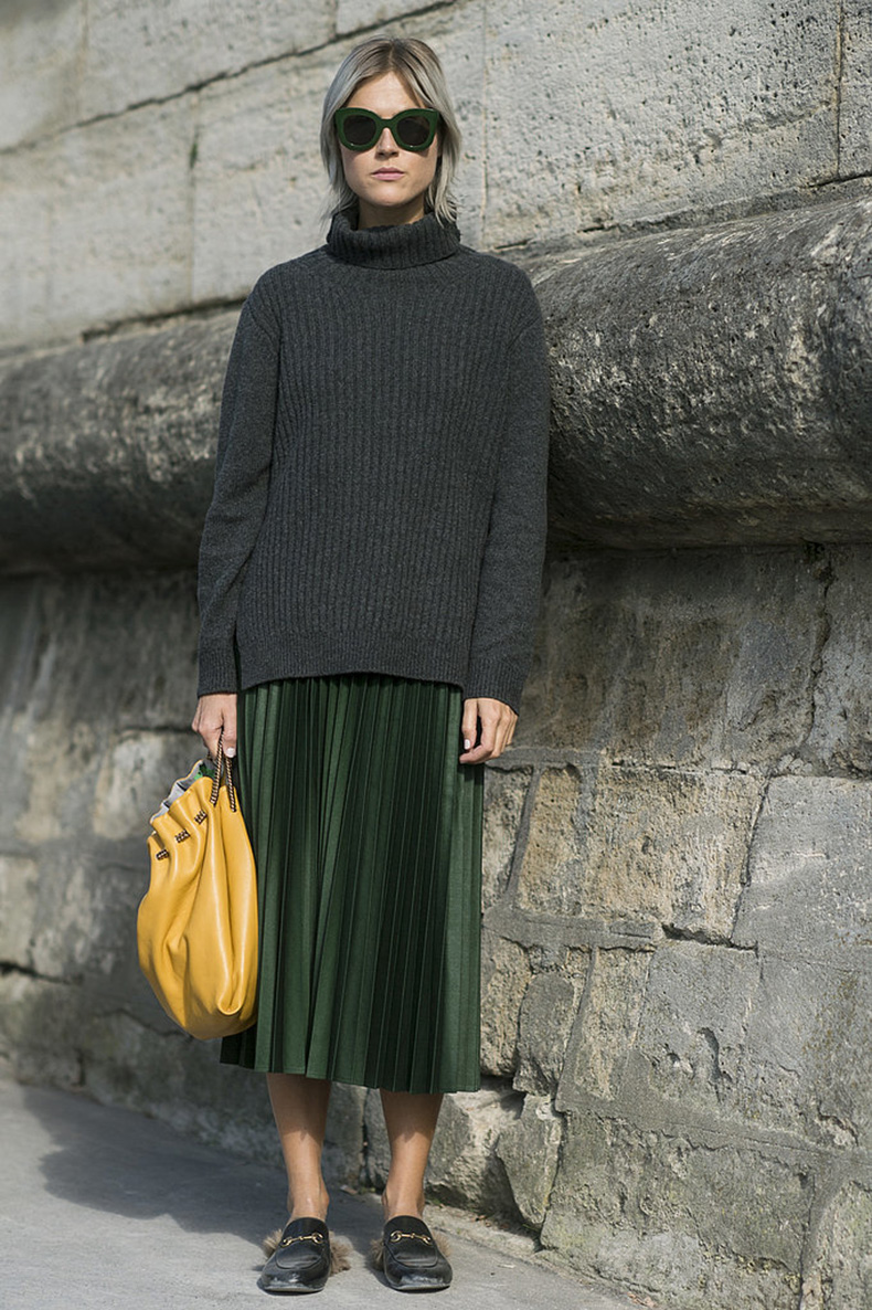 emerald-green-pleated-skirt-gucci-mulfes-slides-loafers-chunky-grey-sweater-turtleneck-yellow-bag-mustard-linda-tol-Paris-Fashion-Week-Day-4