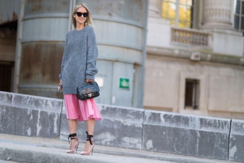 paris-fashion-week-street-style-elle-sweater-over-dress-oversized-sweater-sweater-dress-style-hack-pleated-skirt-pink-and-red-640x426